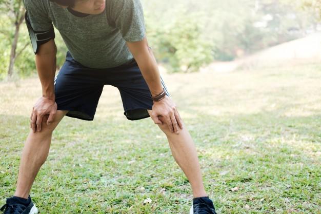 atleta-descansando-em-vidro-verde-no-parque-ao-por-do-sol-depois-de-correr-com-garrafa-de-agua-brilho-solar-intencional-e-cor-vintage_1421-42