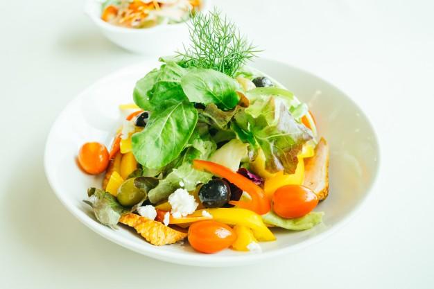 peito-de-pato-defumado-com-salada-de-vegetais_1203-9815